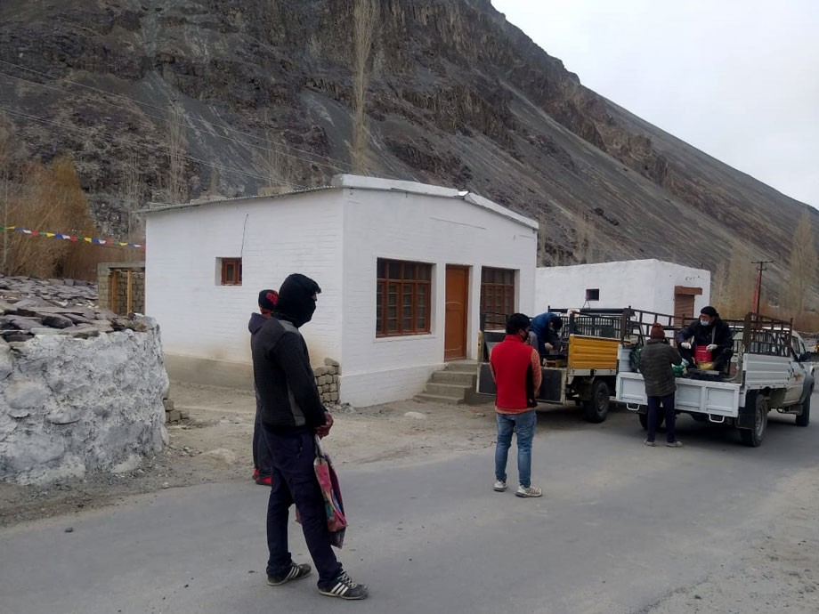 District Administration, Leh, distributes free ration to migrant labourers, daily wagers
