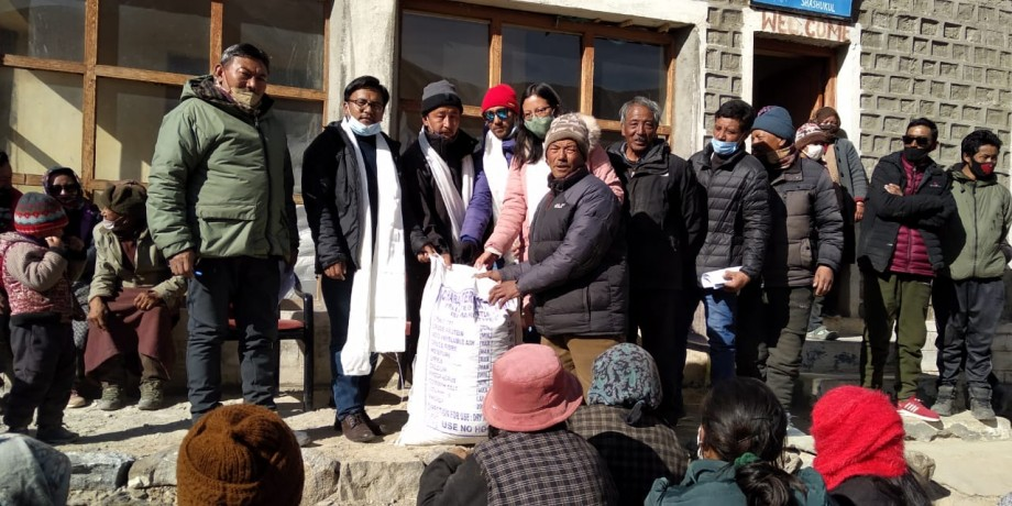 Free livestock feed distributed to nomads of Durbuk block